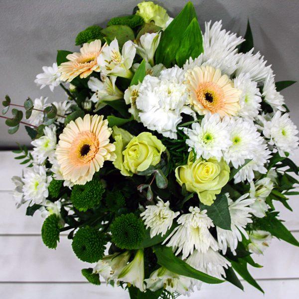 Atenea: Ramo de Flores variado en tonos blancos · Floristería Los Santos Niños · Alcalá de Henares · Madrid
