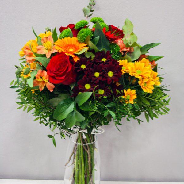 Artemisa: Ramo de flores variado en tonos naranjas · Floristería Los Santos Niños · Alcalá de Henares · Madrid