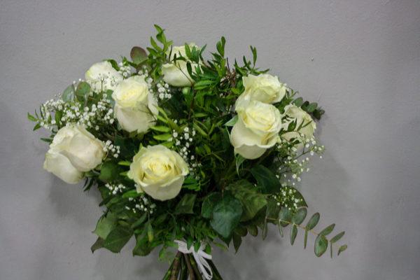 Galantis: Ramo de rosas blancas Un ramo de rosas blancas de calidad premium y tallo largo, nos evoca delicadeza y ternura. Una composición deliciosa que hará las delicias de quién la reciba. Las rosas blancas son símbolo de pureza y de inocencia. · Floristería Los Santos Niños · Alcalá de Henares · Madrid