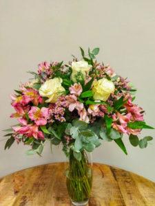 Ramo Gea · Ramo silvestre y elegante, compuesto por Rosas blancas, Alstroemerias rosas, limonium o paniculata y verdes variados · Floristería Online Los Santos Niños · Alcalá de Henares · Madrid