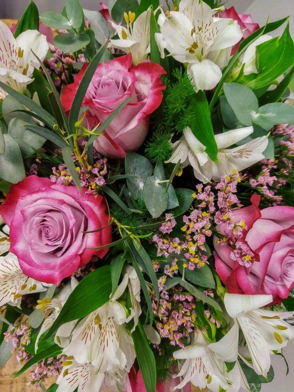 Ramo Océano · Ramo silvestre y elegante, compuesto por Rosas en tonos morados, Alstroemerias blancas, Limonium o Paniculata y verdes variados. · Floristería Online Los Santos Niños · Alcalá de Henares · Madrid